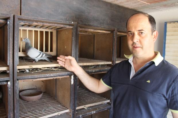 Fernando fernandes no interior do pombal com a sua campeã de Zona - valências